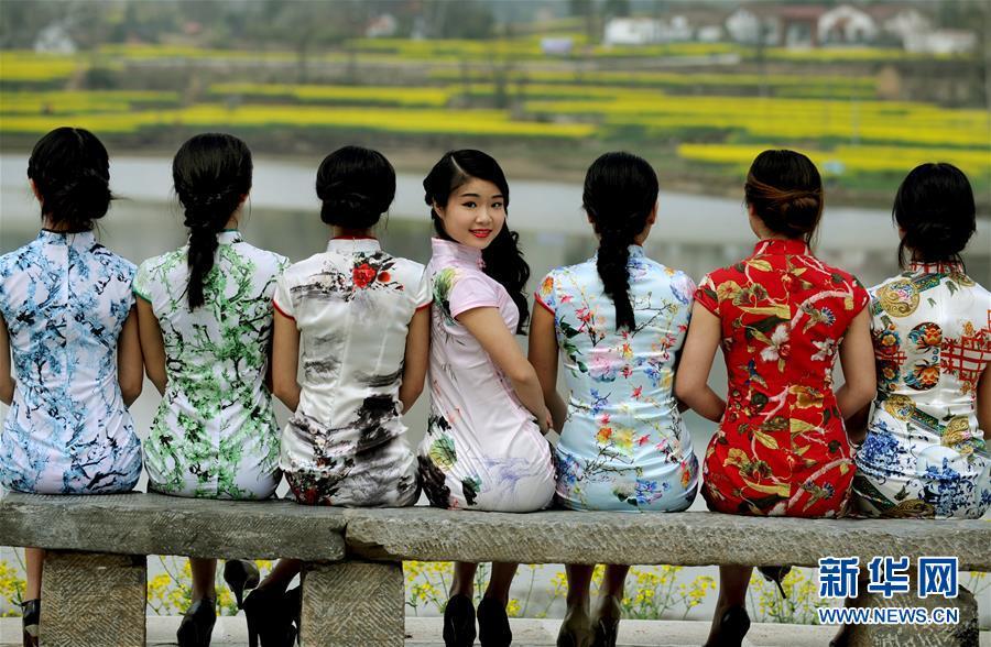 南郑县30多名汉服、旗袍美女油菜花海展美姿